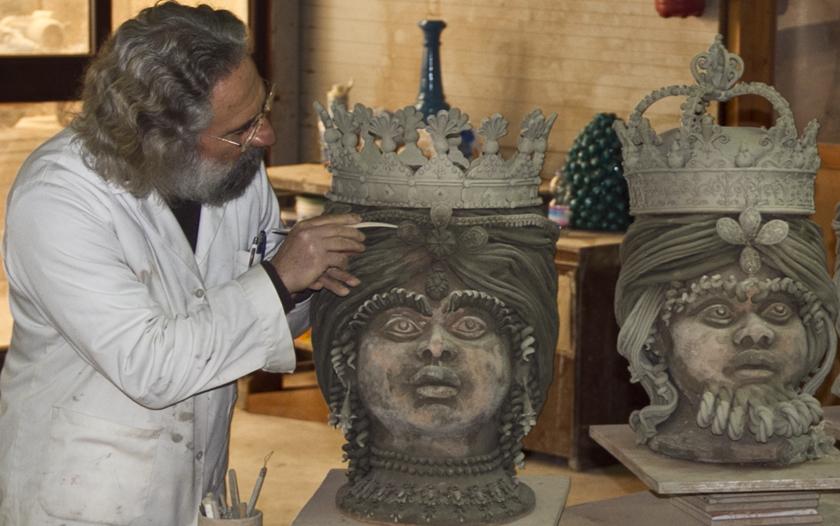 60 anni di attività del maestro Nicolò Giuliano, una mostra nel suo laboratorio