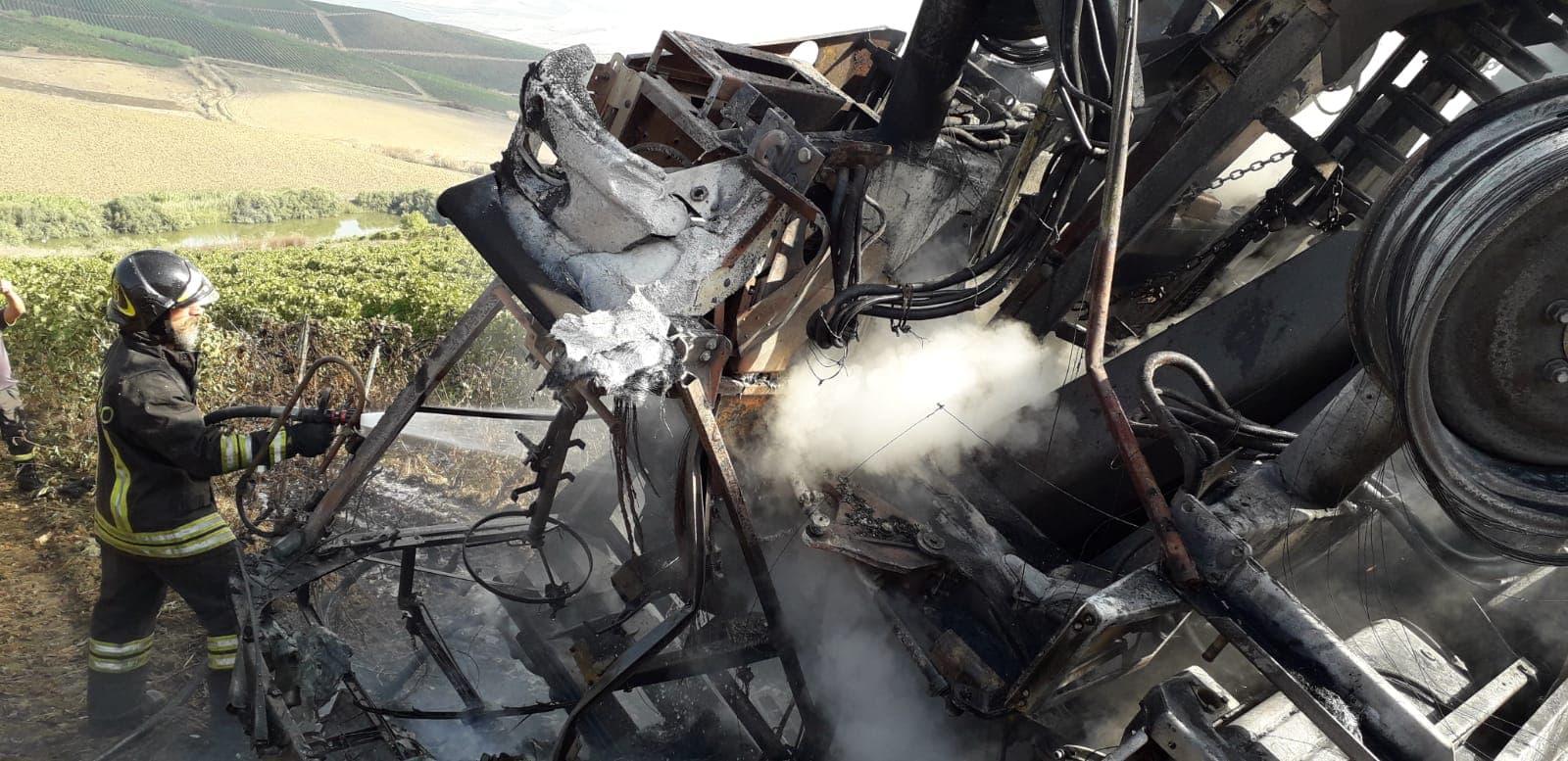 Si ribalta con il trattore che prende fuoco, tragedia sfiorata a Grisì