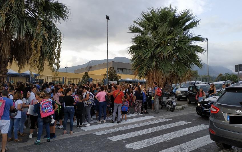 Tutti a scuola, ma la scuola è chiusa: bambini costretti ad aspettare in strada