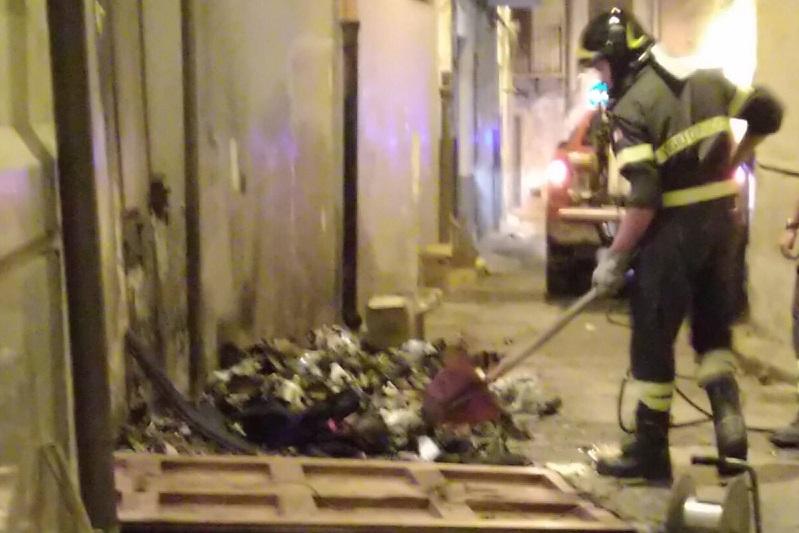 Incendio a due passi dal Duomo: fuoco a una catasta di rifiuti