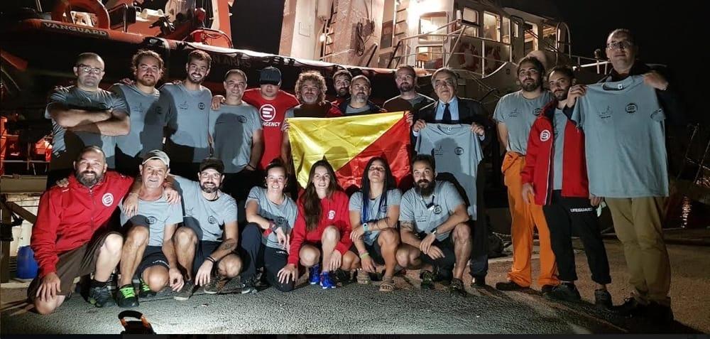 Open Arms attracca a Palermo, Orlando a bordo regala bandiera della città