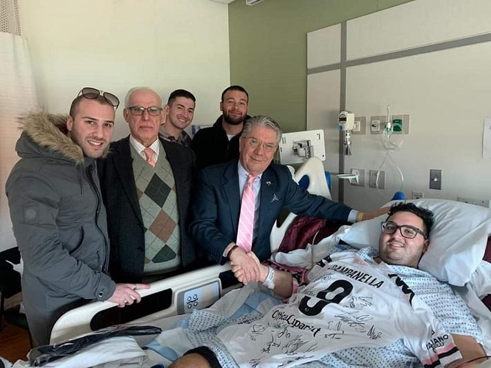Perde la gamba e i giocatori del Palermo donano la maglia a tifoso monrealese