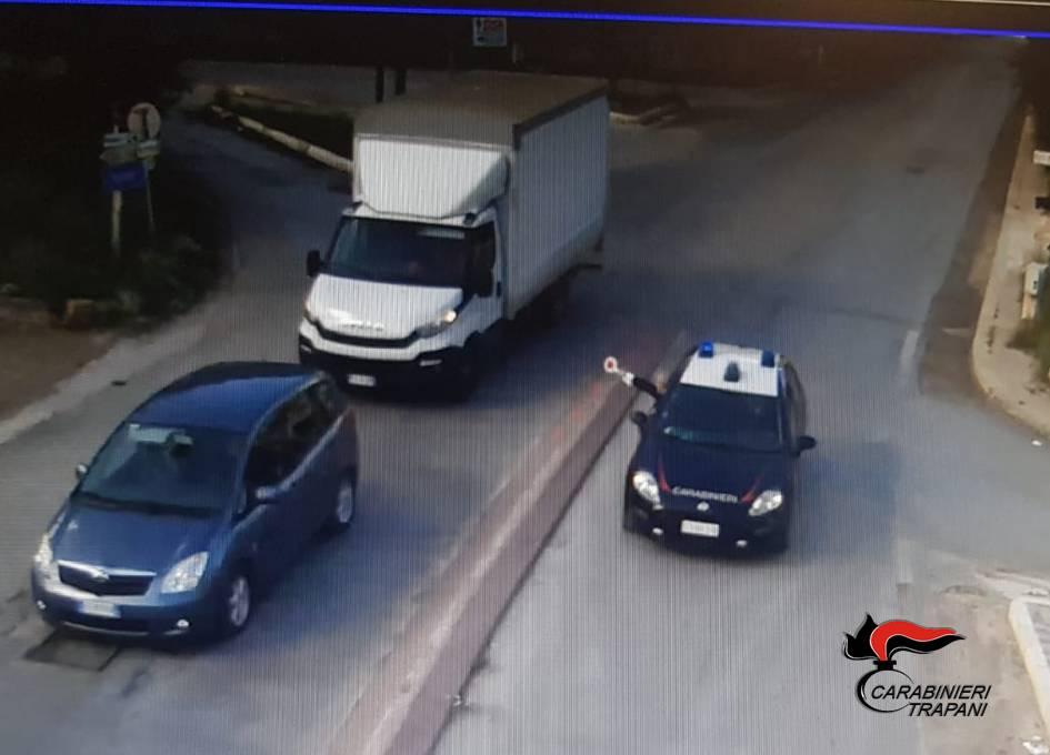 Il furto, l'inseguimento e lo schianto contro l'auto dei carabinieri – IL VIDEO