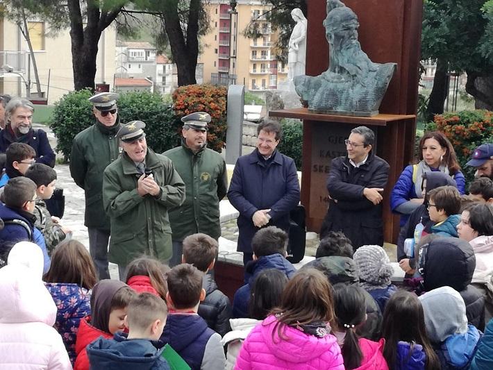 """La """"Festa dell'albero"""" a Piana: e gli studenti mettono a dimora delle piante"""