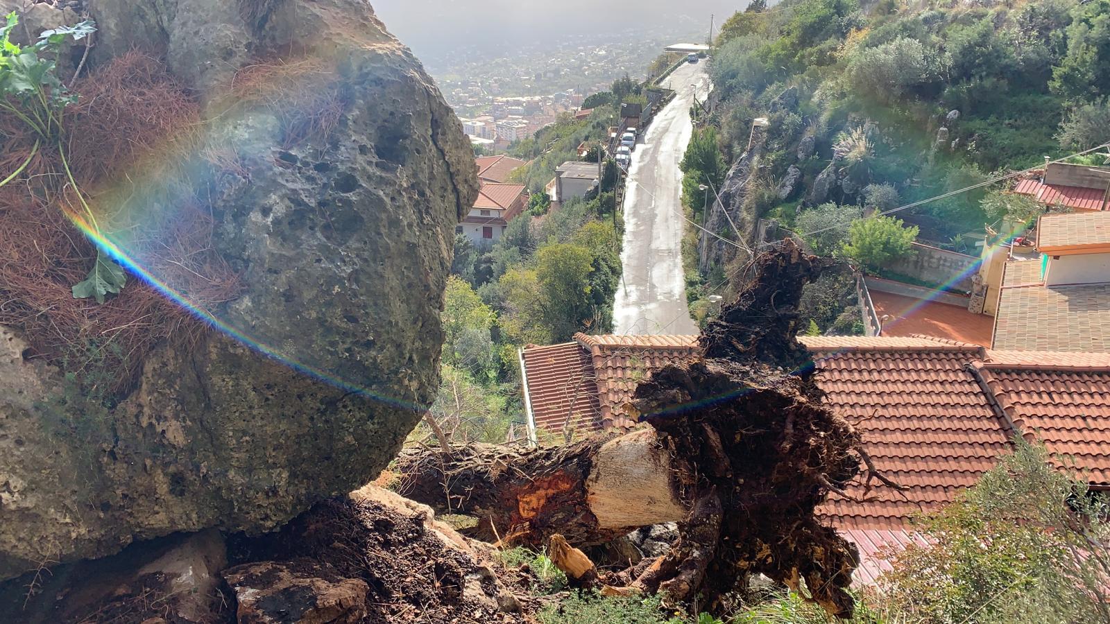 Masso pericolante in via Monte Caputo, evacuate tre famiglie