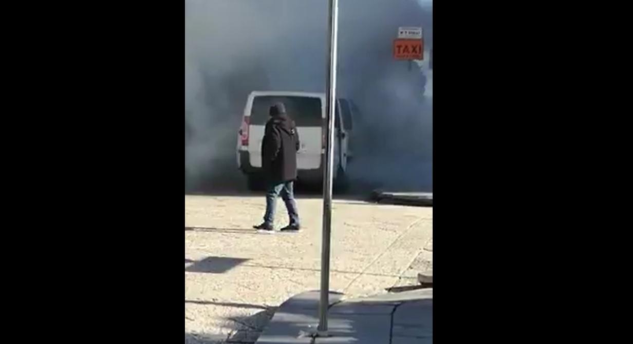Attimi di panico in piazza Vittorio Emanuele: un taxi in fiamme – VIDEO