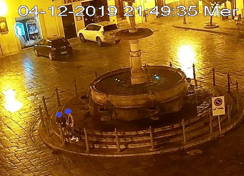 Imbrattano con lo spray la fontana storica: beccate dalle telecamere