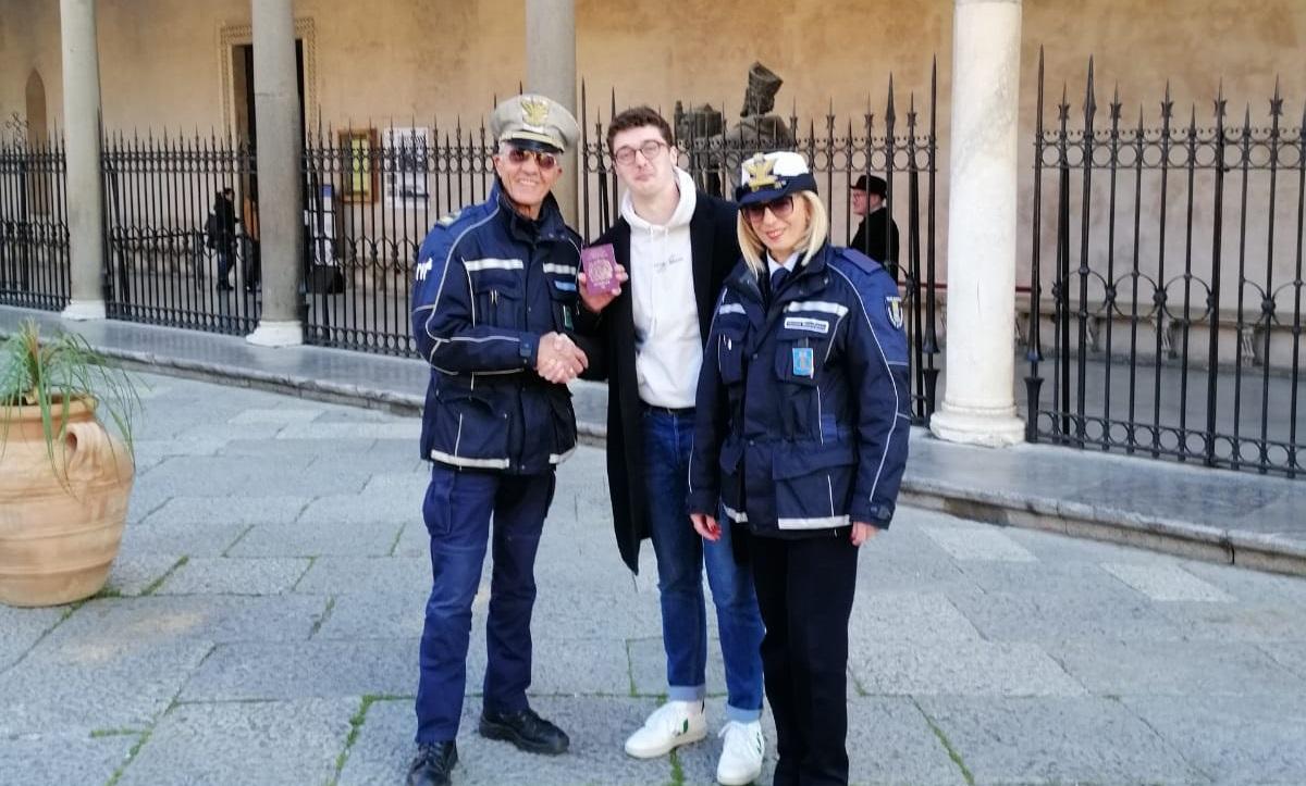 """Disavventura a lieto fine per un turista irlandese: """"Grazie agenti"""""""