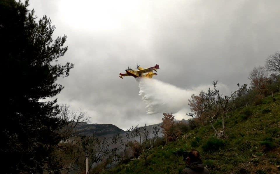 Incendi a Piana degli Albanesi e Monreale: in azione anche un Canadair
