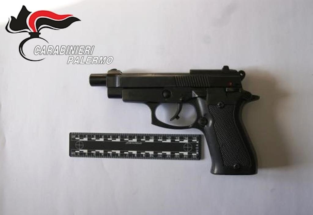 In casa armi con matricole abrase e munizioni: arrestato pensionato