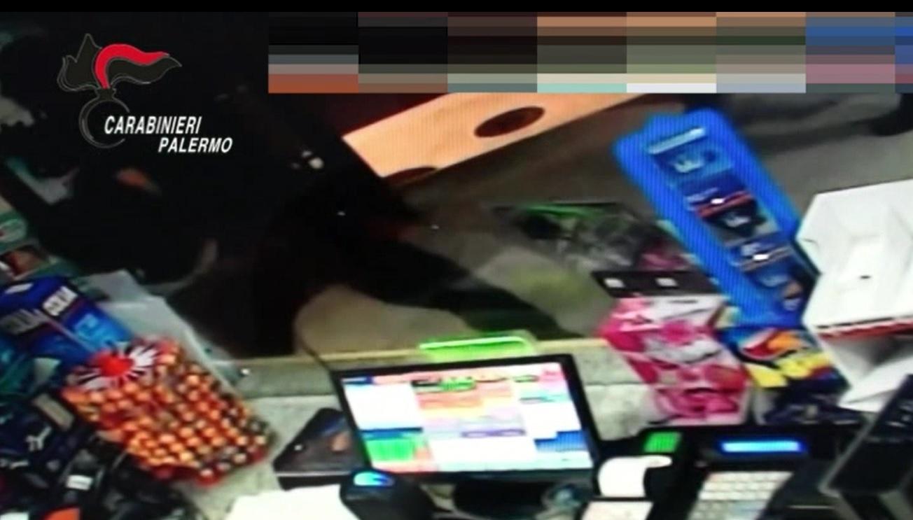 Due rapine nel giro di pochi minuti: arrestato grazie alle telecamere