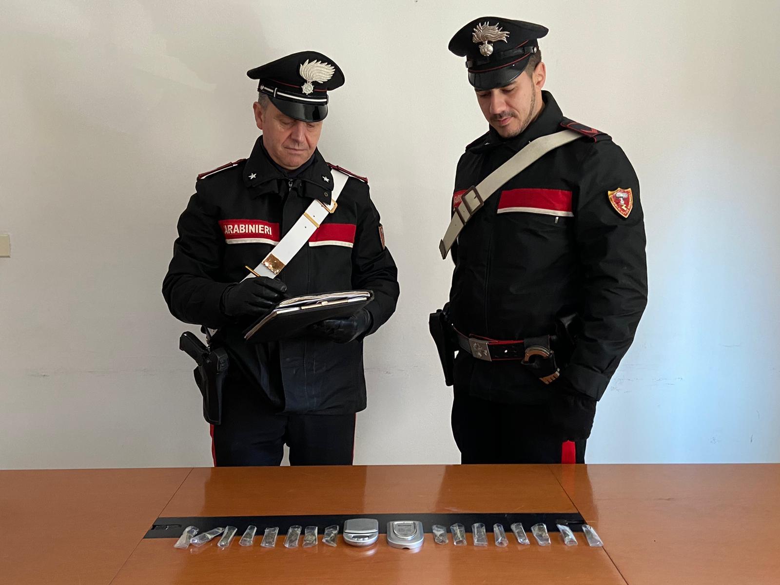 Droga e armi in casa: i carabinieri denunciano sei persone