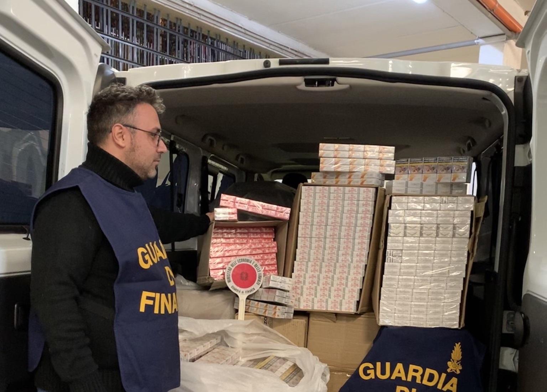 Fermato per un controllo, trovano 268 chili di sigarette di contrabbando