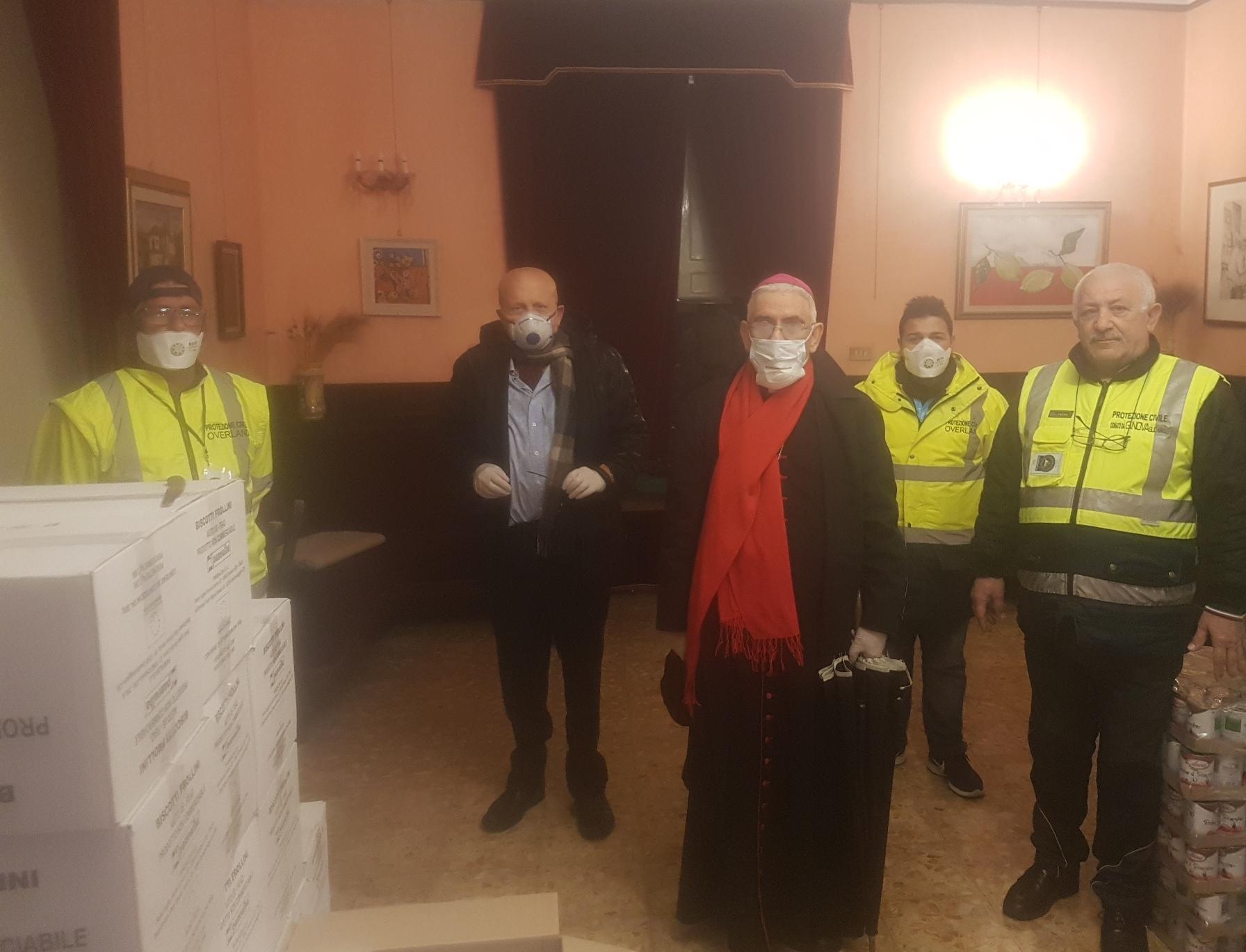 Mascherine, disinfettanti e alimenti: la donazione di monsignor Pennisi
