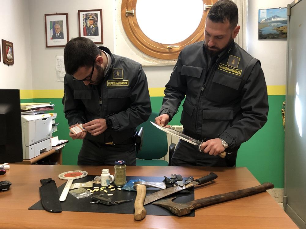 Sbarca a Palermo con droga e armi nella valigia: denunciato