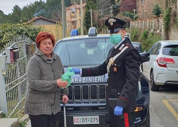 Non ha nessuno che può aiutarla: carabinieri consegnano farmaco salvavita