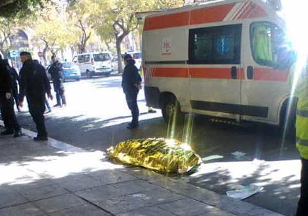 Colpito da un malore mentre passeggia: anziano si accascia e muore