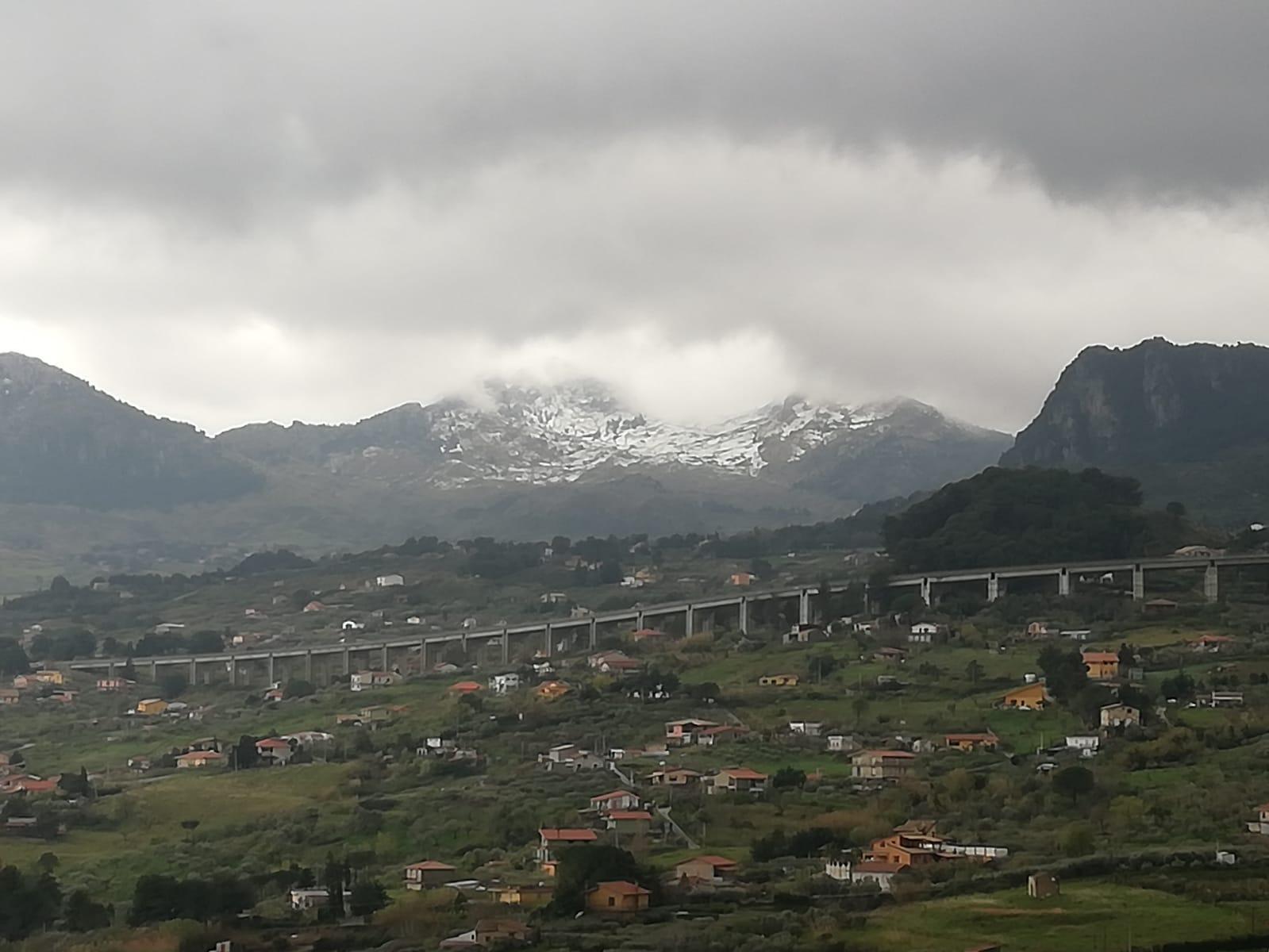 Neve fuori stagione: i monti di Monreale si imbiancano