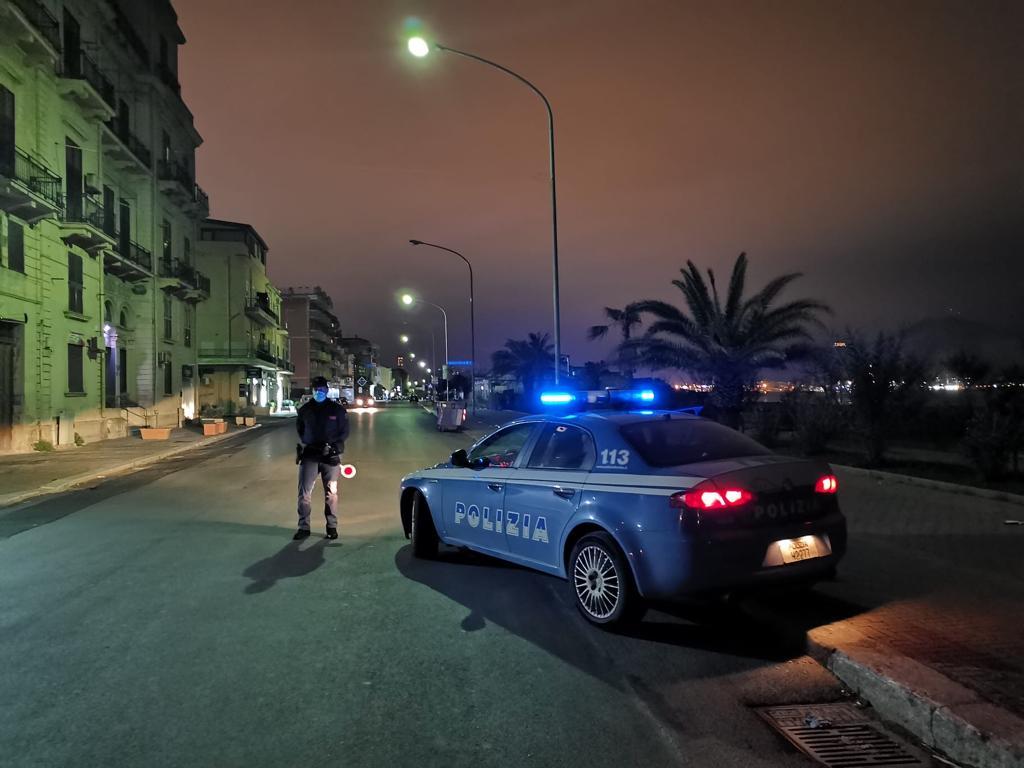 In strada nonostante le restrizioni per il coronavirus, aggrediscono la polizia