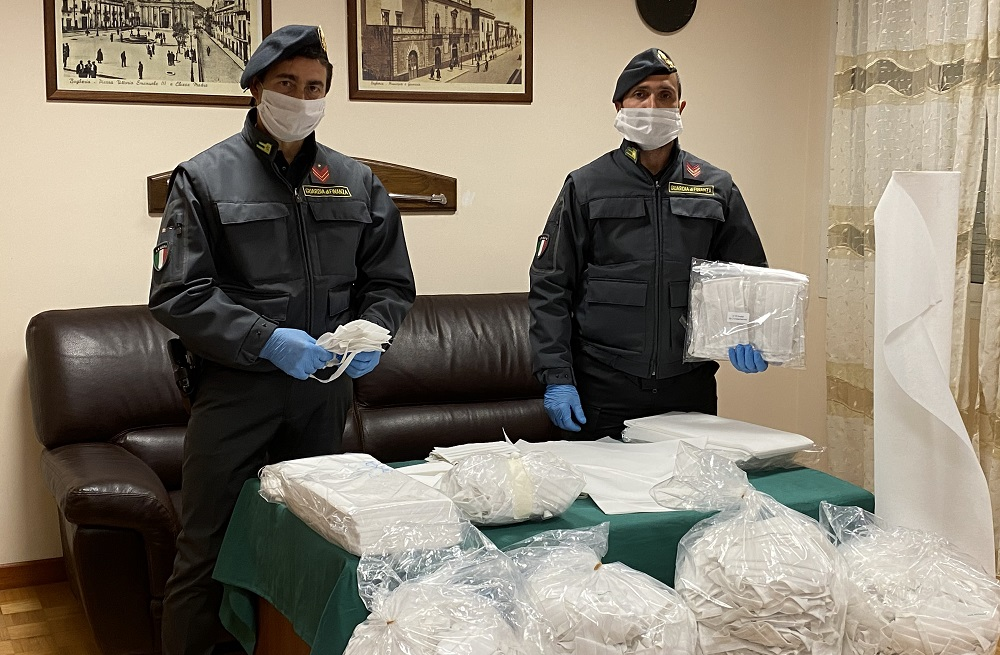 Sequestrate oltre 2.200 mascherine in due farmacie palermitane