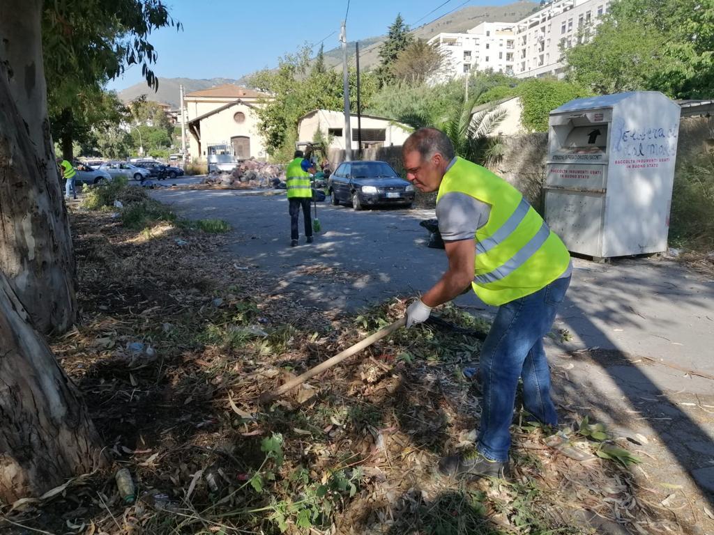 Monreale, i volontari ripuliscono dai rifiuti l'area di piazzale Florio