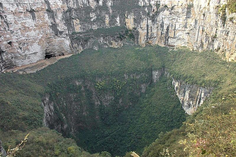 In Cina una dolina gigante che cela un ecosistema indipendente