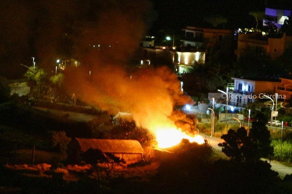 Auto in fiamme all'Addaura, paura tra i residenti: fuoco minaccia le abitazioni