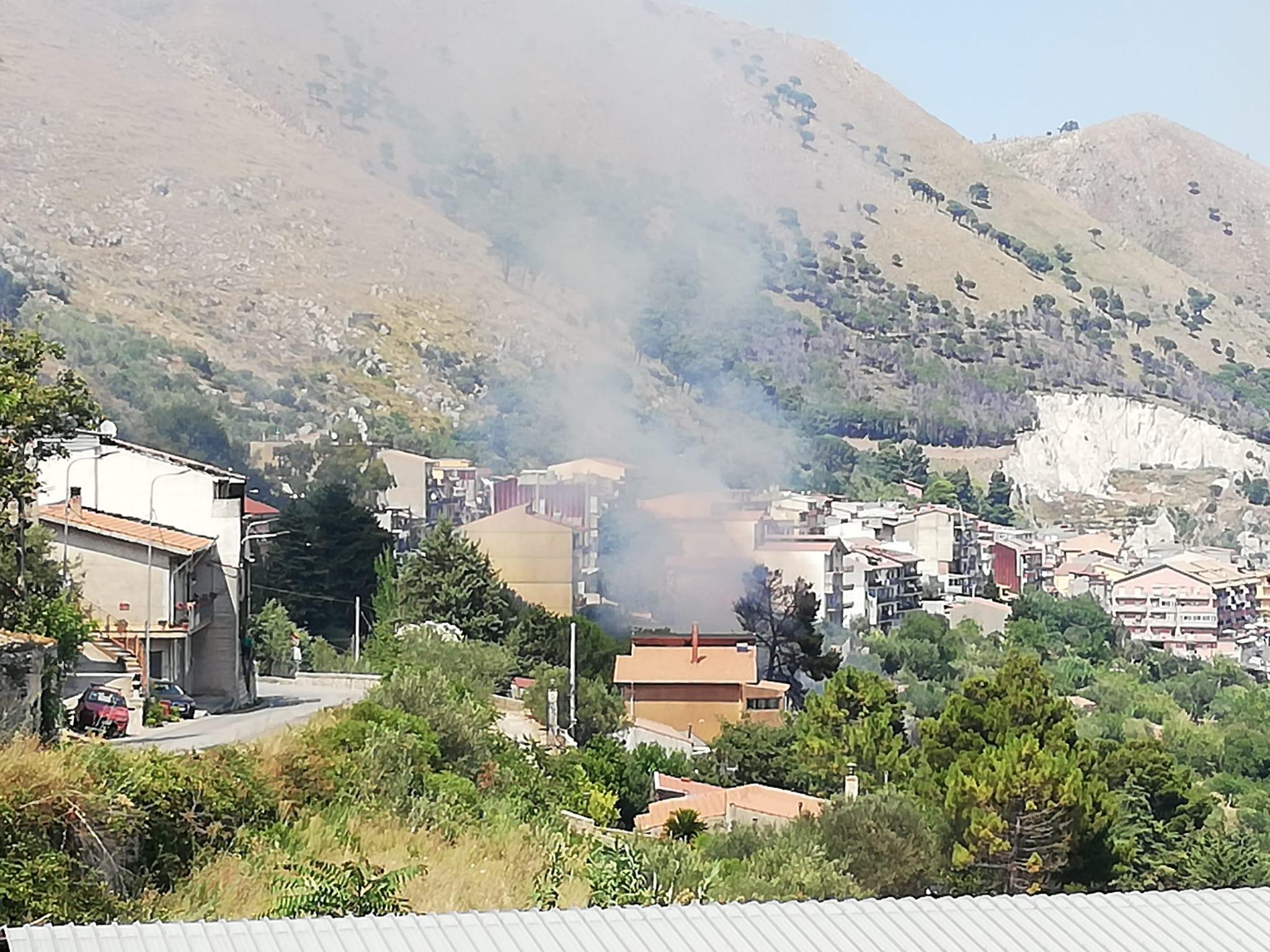 Due incendi in pochi minuti a Pioppo: fiamme vicinissime alle abitazioni