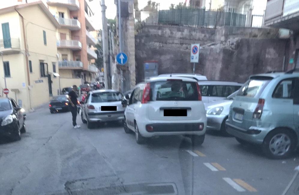 """Percorsi pedonali occupati dalle auto: """"Tolleranza zero per i furbetti"""""""