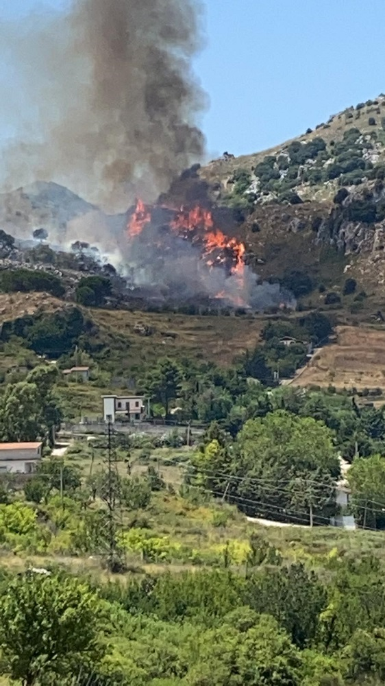 Disastro Giacalone: a fuoco Pizzo Nespola. A rischio 400 ettari di bosco