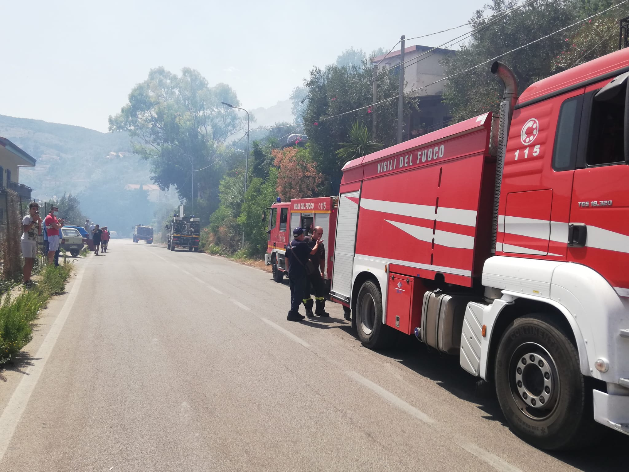 Ennesimo incendio a Pioppo: fiamme a ridosso delle abitazioni – FOTO