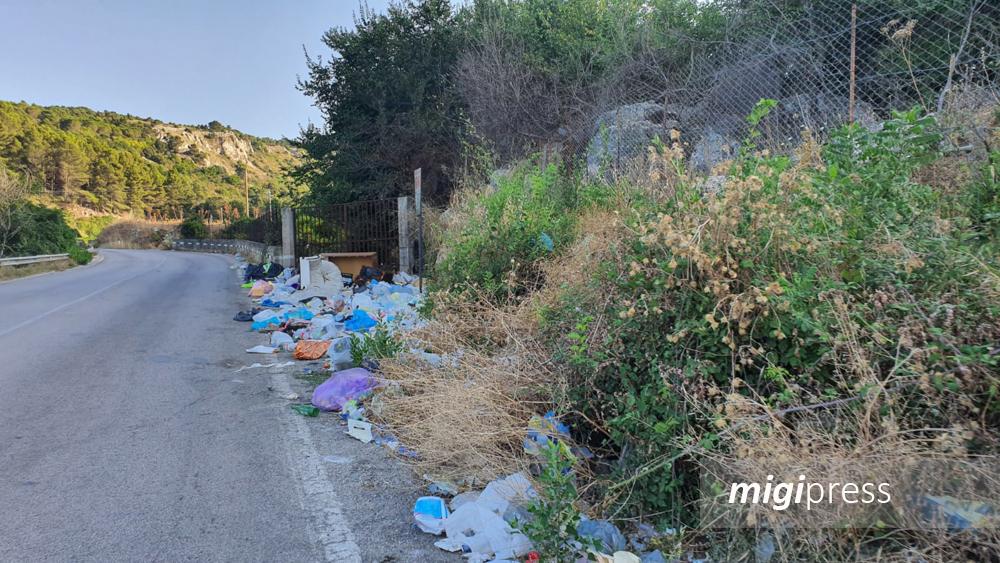 La vergogna della strada sommersa dai rifiuti: chiesta la bonifica urgente