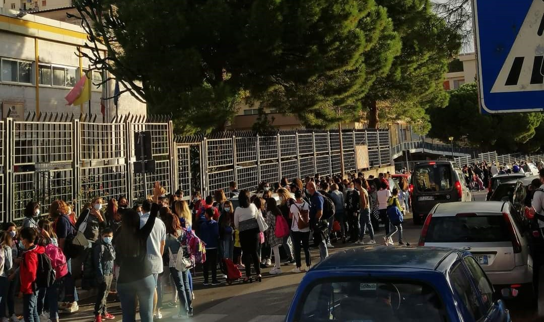 Mascherine e distanziamento nelle scuole, ma bambini assembrati all'esterno