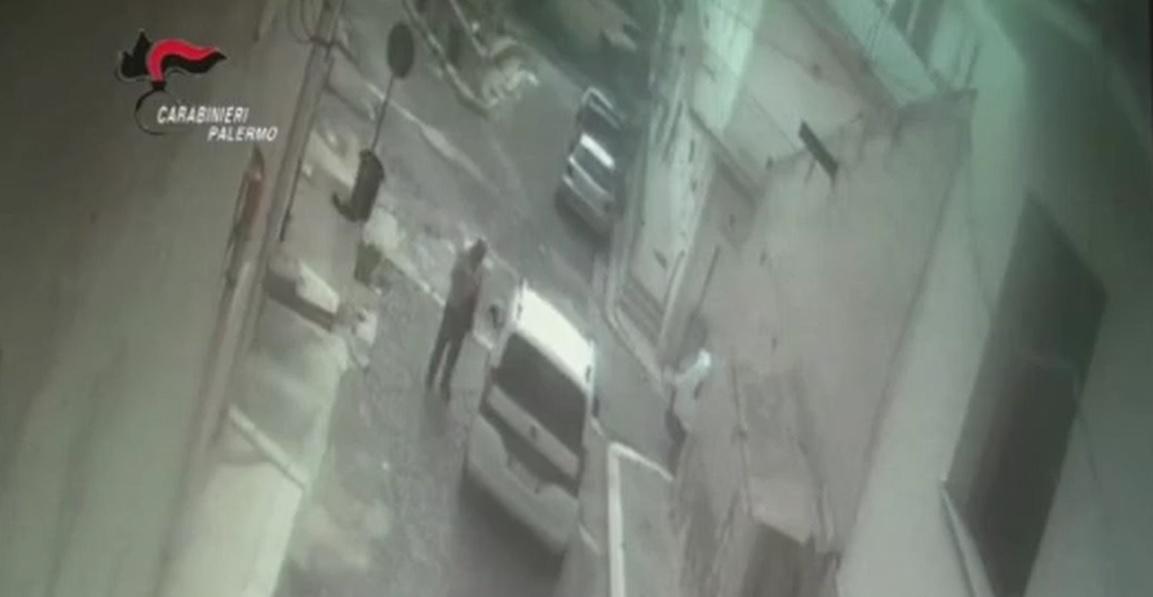 Tenta truffa dello specchietto con un anziano: testimoni lo fanno arrestare
