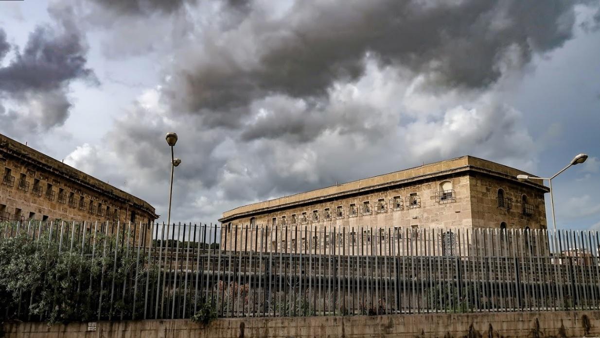 Telefoni e droga in carcere con l'aiuto di un agente corrotto: 5 arresti