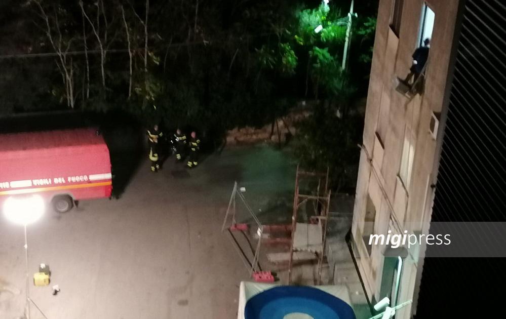 Minaccia di gettarsi dalla finestra: salvato dal negoziatore dei carabinieri
