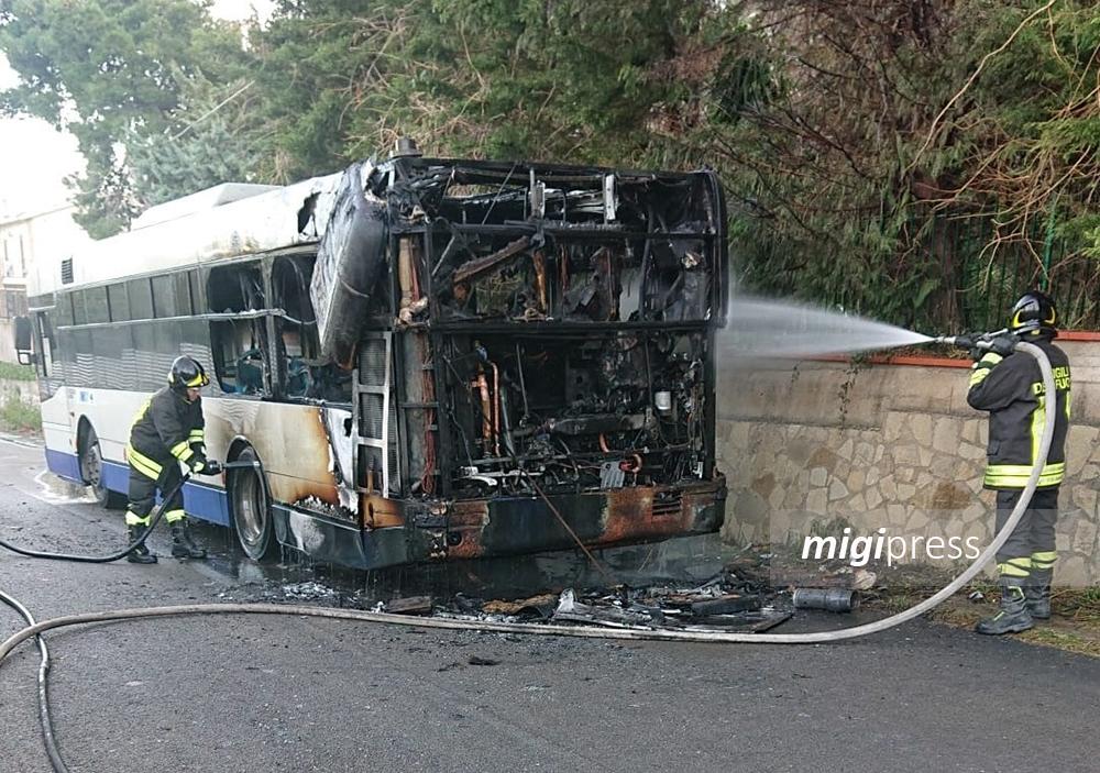 Paura a Villaciambra: a fuoco un autobus dell'Amat