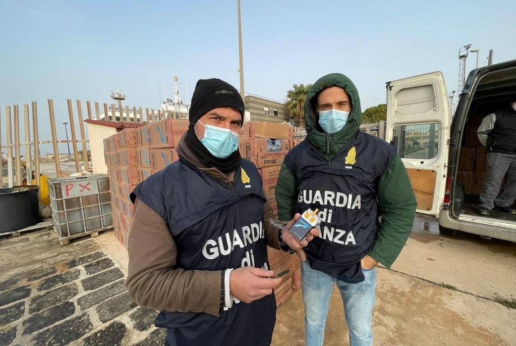 Sul peschereccio oltre 2 tonnellate di sigarette di contrabbando: 9 arresti