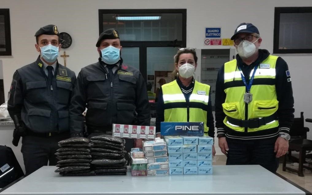 Sbarca a Palermo con 28 chili di sigarette di contrabbando: denunciato tunisino