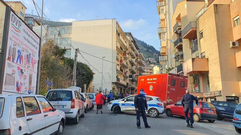 Monreale, un uomo minaccia di lanciarsi dal quinto piano di un palazzo