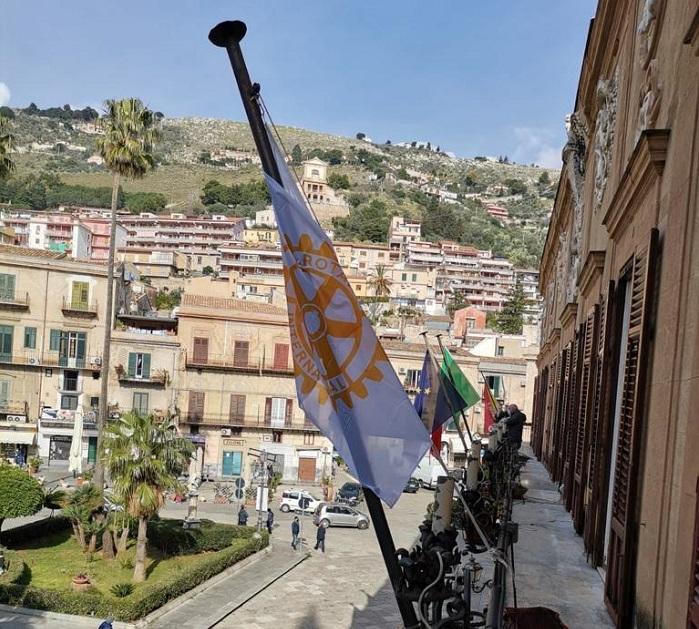 Bandiere a mezz'asta per l'ambasciatore e il carabiniere uccisi in Congo