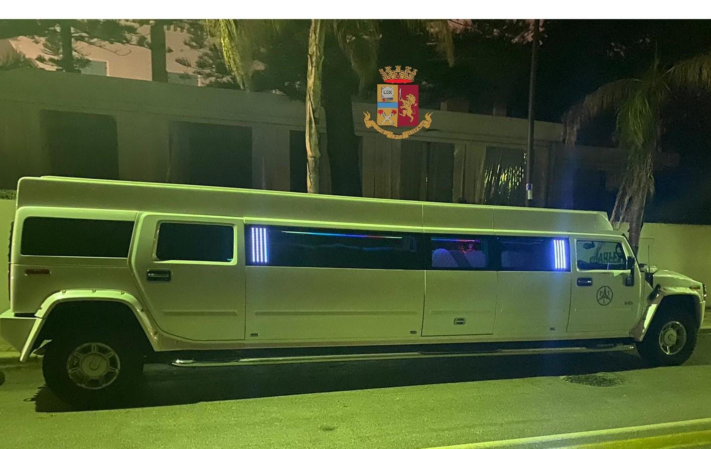 """Covid, festa di compleanno in limousine: multati 8 giovani """"beccati"""" dalla polizia"""