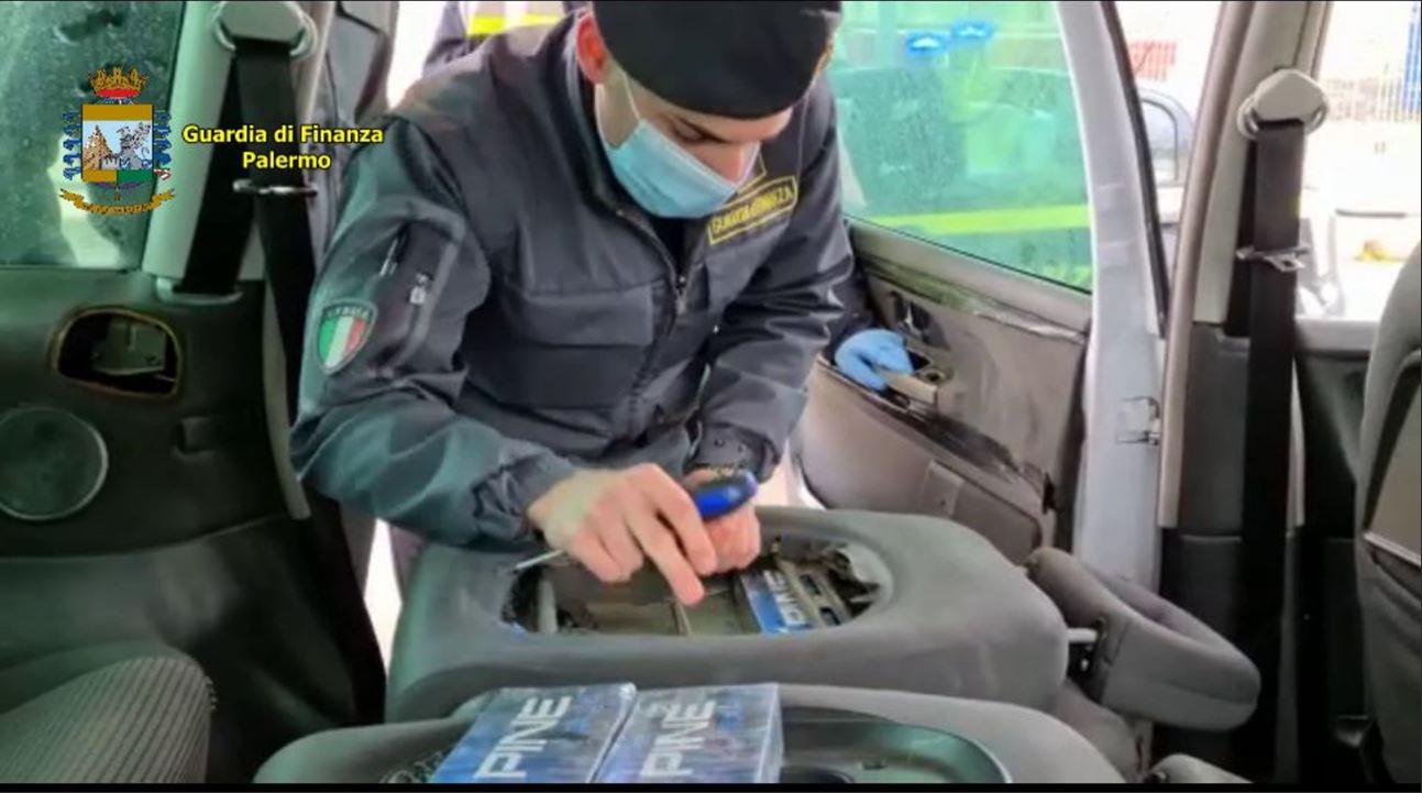 Nascosti nell'auto 8 chili di sigarette di contrabbando: denunciati due tunisini