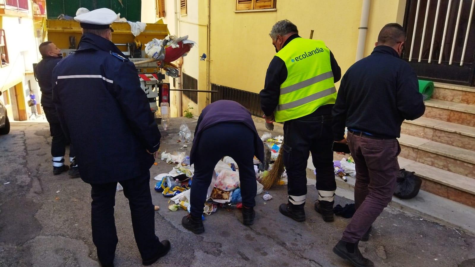 Abbandonano rifiuti non differenziati: rintracciati e multati in sei a Monreale