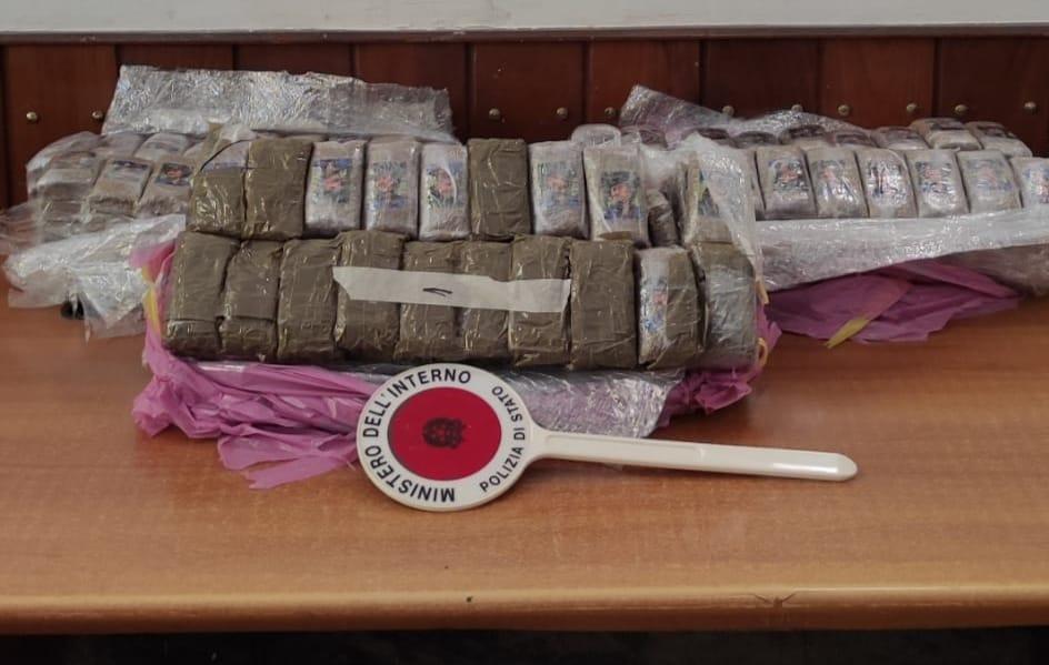 In pullman da Messina a Palermo con 30 chili di droga in valigia: arrestato